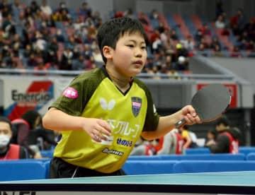 卓球の全日本選手権ジュニアの部の男子シングルスで決勝に進み、プレーする小学6年の松島輝空(丸善インテックアリーナ大阪)