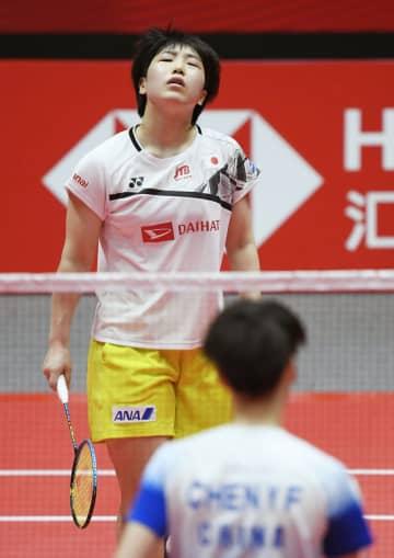バドミントンのワールドツアーファイナル第3日・女子シングルス1次リーグ 中国選手(手前)にポイントを奪われた山口茜=12月13日、広州(共同)