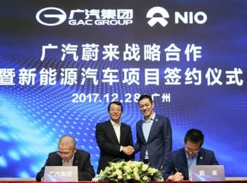 Feng Xingya (left), president of Guangzhou Automobile Group shaking hands with Nio founder William Li (right) in Guangzhou in December 2017. (Image credit: GAC)