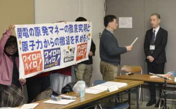 関西電力役員らの金品受領問題を巡り、大阪市の担当者(右端)に要望書を提出する「避難計画を案ずる関西連絡会」のメンバー=16日午後、大阪市役所