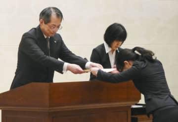 新任判事補(右)に辞令を手渡す最高裁の大谷直人長官=16日午後、最高裁