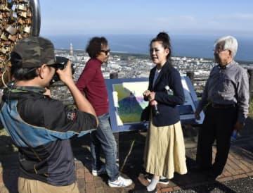 タイの映画関係者らに延岡の名所などを案内するRURIさん(右から2人目)