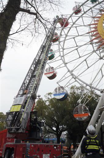 市動植物園の総合防災訓練で観覧車に取り残された男女2人をはしご車で救助する消防隊員=熊本市東区