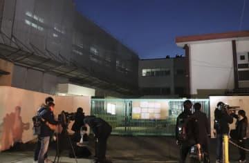 工事用塗料が児童らにかかる事故が起きた大阪市立加賀屋小=16日午後6時ごろ