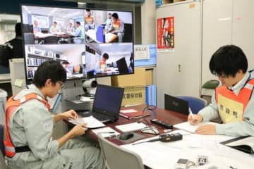 テレビ会議を通じて初動対応を確認する市職員