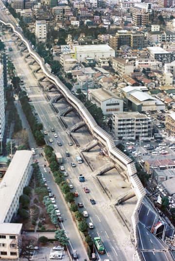 阪神大震災で倒壊した阪神高速道路神戸線=1995年1月17日、神戸市東灘区