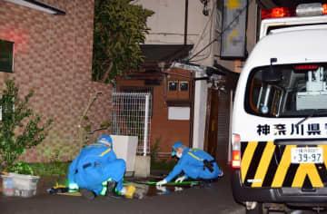 通り魔事件の現場で鑑識活動を行う警察官=2019年8月夜、横浜市南区