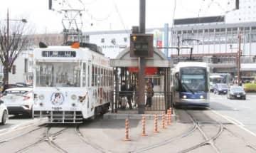 JR岡山駅東口広場(後方)へ乗り入れる路面電車