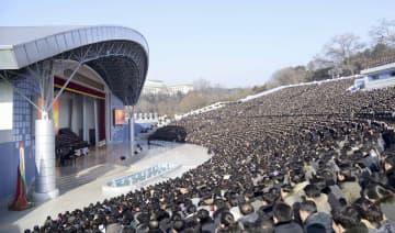 改修された「青年公園野外劇場」で行われた祝賀公演に集まった市民ら=16日、平壌(共同)