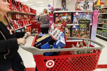 米ケンタッキー州にある小売店舗でショッピングをする人たち(AP=共同)