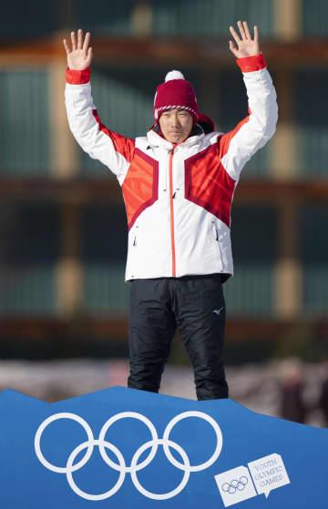 冬季ユース五輪のスピードスケートのマススタート男子で金メダルを獲得し、表彰式でポーズを取る蟻戸=サンモリッツ(OIS提供・共同)