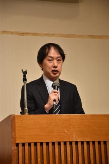 「2020年の日本政治展望」と題して講演した高瀬淳一さん=16日午後、日南市・ホテルシーズン日南