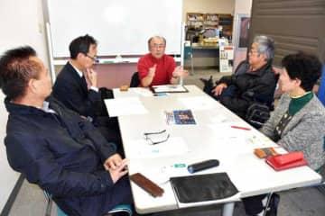 高齢者や障害者らの住宅確保などの課題を協議するNPO法人宮崎文化本舗の関係者ら=宮崎市民プラザ