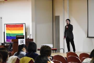 自らの体験を交えて講演する飯田さん=横須賀共済病院
