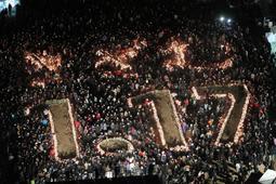 竹灯籠の光で描かれた「きざむ 1.17」=17日午前5時33分、神戸市中央区、東遊園地(撮影・大山伸一郎)