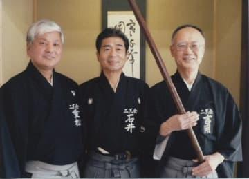 「兵法二天一流」の正統第12代宗家の吉用清さん(右)=2015年ごろ、宇佐市