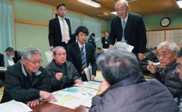 避難訓練の打ち合わせをする臼野浜小林自治会長の米光智勝さん(左端)=豊後高田市臼野の臼野公民館