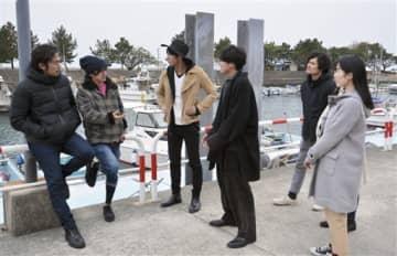オリジナル短編映画の撮影のために湯島を訪れた榊原有佑監督(左から2人目)と出演する俳優ら=上天草市