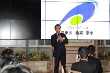 【プレゼンテーションを行う前葉市長=大阪市浪速区のホテルモントレグラスミア大阪で】