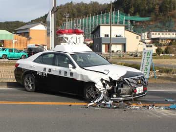 ダンプカーに衝突し破損したパトカー=16日午後3時14分、山県市伊佐美、国道256号