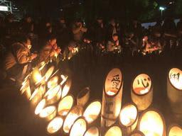 震災から25年を迎え、祈りをささげる人たち=17日朝、神戸市中央区の東遊園地