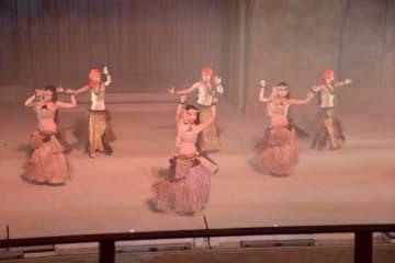 炭鉱作業員などにふんした衣装をまとい踊る「炭鉱タヒチ」=福島県いわき市の「スパリゾートハワイアンズ」