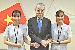 竹田理事長と握手を交わすスオンさん(左)とトゥ・ランさん