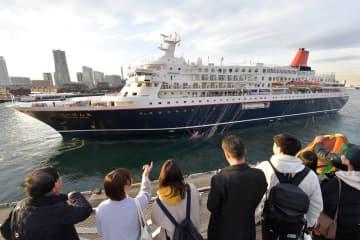出港する「世界青年の船」の客船=横浜港