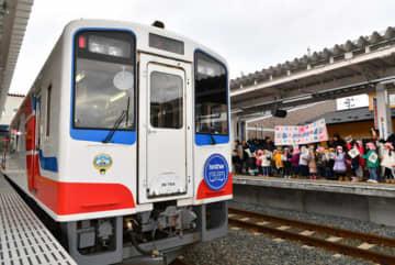 陸中山田-津軽石間が運行再開し、陸中山田駅のホームで歓迎する地元の園児たち=16日、山田町川向町