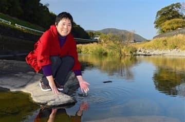 「子どもの頃はこの川(上内田川)が遊び場であり、練習場所だった。私の原点です」と語る青木(現姓西口)まゆみ=山鹿市菊鹿町(小野宏明)