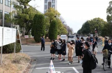 試験場となる教室の場所を確認する受験生=岡山大津島キャンパス