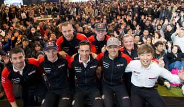 東京オートサロンでトヨタが行った会見で、ファンと一緒に記念撮影するオジェ(前列右から2人目)とWRCチームのドライバーたち(C)TOYOTA GAZOO Racing