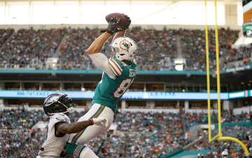 Miami Dolphins tight end Mike Gesicki catches a touchdown pass over Philadelphia Eagles cornerback Jalen Mills at Hard Rock Stadium in Miami Gardens, Fla., on December 1, 2019. - ALLEN EYESTONE/Palm Beach Post/TNS