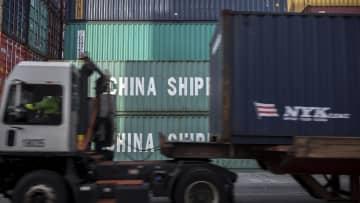 米ジョージア州の港に積まれた中国の貨物コンテナ=2018年、サバンナ(AP=共同)