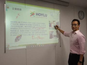 Hoylu Connected Workspacesを使ってソリューションの説明をするHOYLUのリー・ハオチェン ディレクター