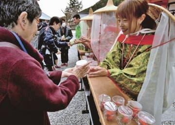 参拝者らにイチゴを配る関係者(16日、和歌山県那智勝浦町で)