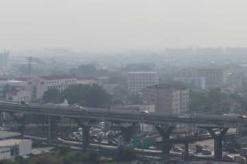 The level of fine PM 2.5 dust particles exceeded safety standards at 10 air-quality monitoring stations in Bangkok on Friday. (File photo)