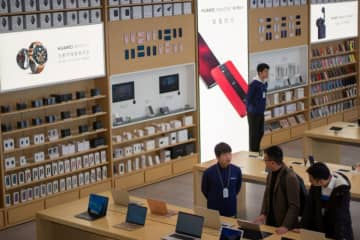 Staff manages a Huawei store in Shanghai on March 22, 2019. (Image credit: TechNode/Cassidy McDonald)