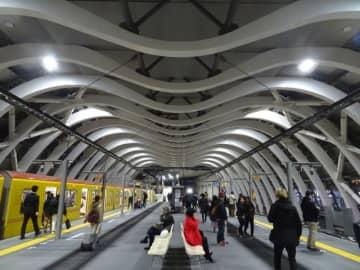 改装され、近未来的なデザインになった地下鉄銀座線渋谷駅のホーム。天井で連なるオブジェが「巨大生物の背骨」に見える