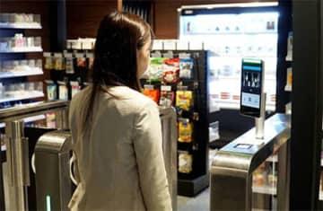 QRコード認証だけでなく、両手がふさがっていても入店できる「顔認証入店」機能を追加