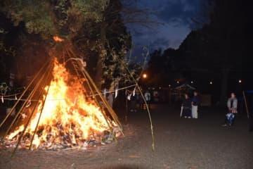 参拝客が炎に当たり無病息災を祈った舞鶴神社の「どんど焼き」
