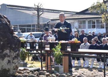 畜魂碑前に設けられた祭壇に玉串をささげた平島善範会長