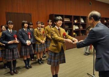 大森市長(右)から感謝状を受け取る高校生たち