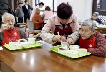 介護施設で昼食をとるお年寄り=2日、中国・上海(新華社=共同)