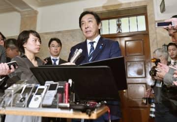 閣議後の記者会見で経産相辞任を発表する菅原氏=昨年10月25日
