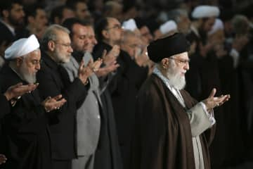 テヘランのモスクで金曜礼拝を導く最高指導者のハメネイ師(手前右)=17日(最高指導者事務所提供、AP=共同)