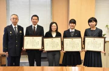 踏切内で倒れた女性を救出した(右から)佐伯美咲、木村明里、村留伊津美、圖師健一郎さん