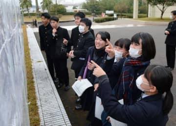 試験室やトイレの場所などを確認する受験生=17日午後、宮崎市・宮崎大