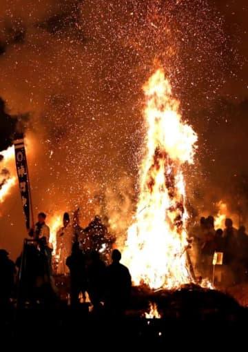 迎え火が辺り一帯を赤く染めた「師走祭り」=17日午後6時18分、美郷町南郷神門
