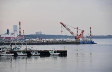 覚醒剤密輸事件で、「瀬取り」に使われた船が出港したとみられる宮崎港の波止場(手前)=17日午後、宮崎市